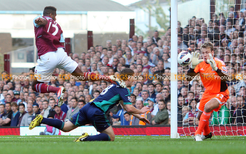 Ricardo Vaz Te of West Ham goes close in the 2nd half - West Ham United vs Sunderland - Barclays Premier League at Upton Park, West Ham - 22/09/12 - MANDATORY CREDIT: Rob Newell/TGSPHOTO - Self billing applies where appropriate - 0845 094 6026 - contact@tgsphoto.co.uk - NO UNPAID USE.
