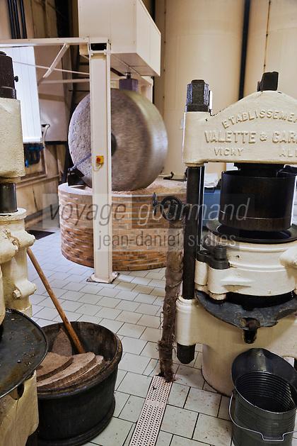 Europe/France/Poitou-Charentes/86/Vienne/Neuville-de-Poitou:Fabrication de l' Huile de Noix à Huilerie de Neuville - la meule