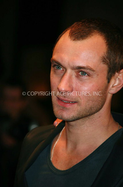 Ferrari Press Agency.Ref TMK 1891.Sleuth1.18/11/07.See Ferrari text..Picture: Tracy Moreno-King..Premiere of Sleuth, starring Jude Law and Michael Caine. It is a remake of the 1972s thriller which starred Caine and Sir Laurence Olivier...The film has been directed by Kenneth Branagh....The Screening was at the Odeon theatre, Leicester Square, London,..OPS: Jude Law