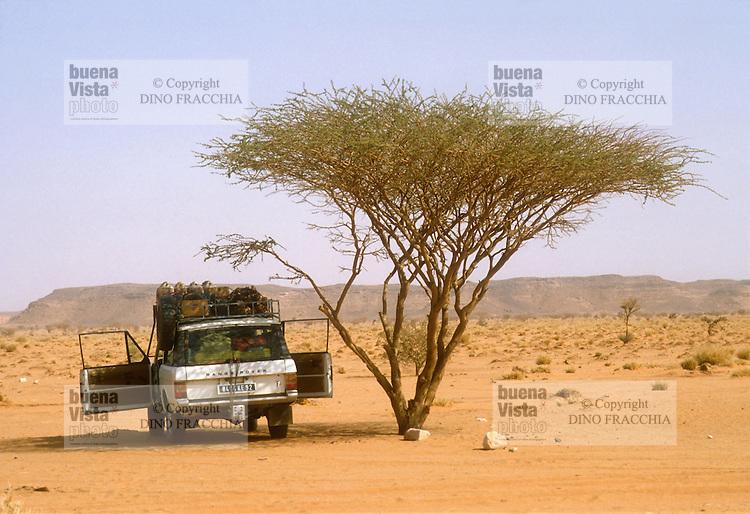 - northern Sudan, four wheels drive vehicle  travelling in the Bayuda desert....- Sudan settentrionale, veicolo fuoristrada in viaggio nel deserto di Bayuda