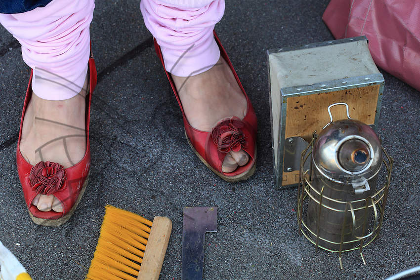 Les chaussures rouges d'Erica sont un symbole féministe dans l'apiculture. L'apiculture change et les femmes s'y intéressent de plus en plus. C'est la fin de l'image d'Epinal de l'apiculteur avec sa grande barbe.///Erica's red shoes are a feminist symbol in beekeeping. Beekeeping is changing and more and more women are becoming interested in it. It's the end of the stereotype of the beekeeper with his long beard.