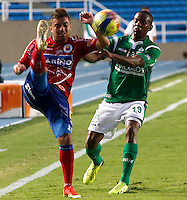 CALI -COLOMBIA-16-11-2013. Yerson Candelo (der.)del Deportivo Cali disputa el balón con Juan Sebastian Villota (Izq.) del Deportivo Pasto durante partido válido por la fecha 1 de los cuadrangulares de la Liga Postobón II 2013 jugado en el estadio Pascual Guerrero de la ciudad de Cali./ Deportivo Cali player Yerson Candelo (R) fights for the ball with La Deportivo Pasto player Juan Sebastian Villota (L) during match valid for the 1th date of the quadrangulars of Postobon League II 2013 played at Pascual Guerrero stadium in  Cali city.Photo: VizzorImage/Juan C. Quintero/STR