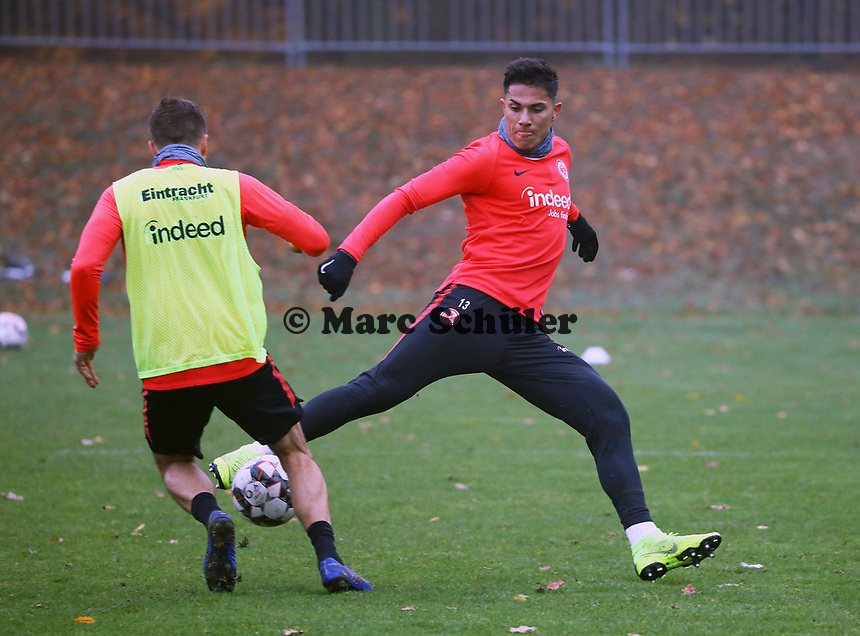 Carlos Salcedo (Eintracht Frankfurt) verteidigt gegen Nikolai Müller (Eintracht Frankfurt) - 14.11.2018: Eintracht Frankfurt Training, Commerzbank Arena, DISCLAIMER: DFL regulations prohibit any use of photographs as image sequences and/or quasi-video.