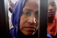 AAA10 DAKA (BANGLADESH) 1/3/2011.- Una mujer bengalí espera la llegada de su hijo, que abandonó Libia por el aumento de la violencia entre las fuerzas de Gadafi y los contrarios a su régimen, en el aeropuerto internacional de Hazrat Shahjalal, en Daka, Bangladesh, hoy, miércoles 02 de marzo de 2011. EFE/ABIR ABDULLAH