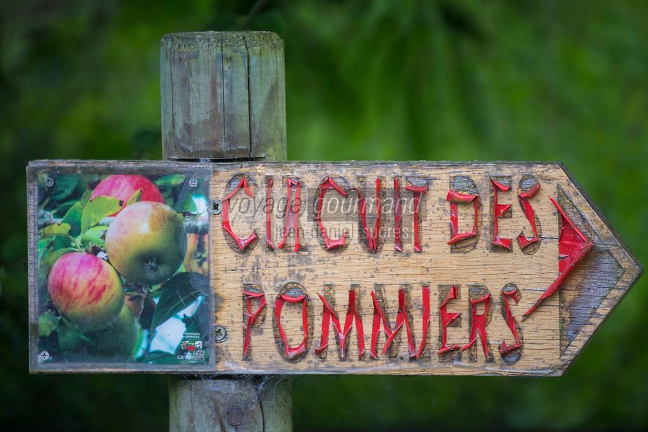 France, Orne (61), Pays d'Auge, env de Vimoutiers , panneau indicateur: Circuit des pommiers // France, Orne, Pays d'Auge, near Vimoutiers, signpost apple circuit