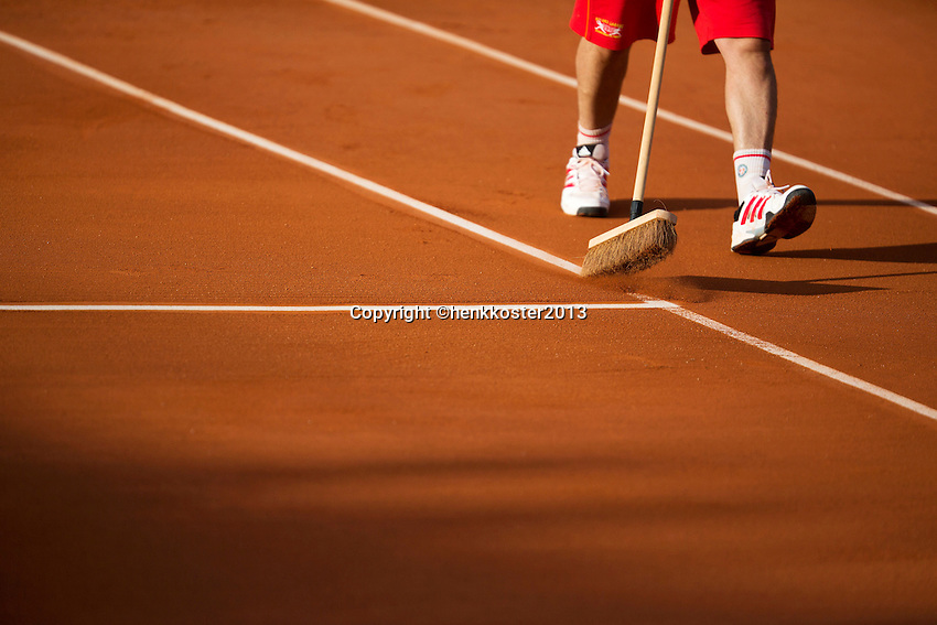 28-05-13, Tennis, France, Paris, Roland Garros, Court attendant sweeping the lines