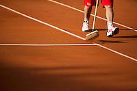 28-05-13, Tennis, France, Paris, Roland Garros, Court attendant sweeping the lines