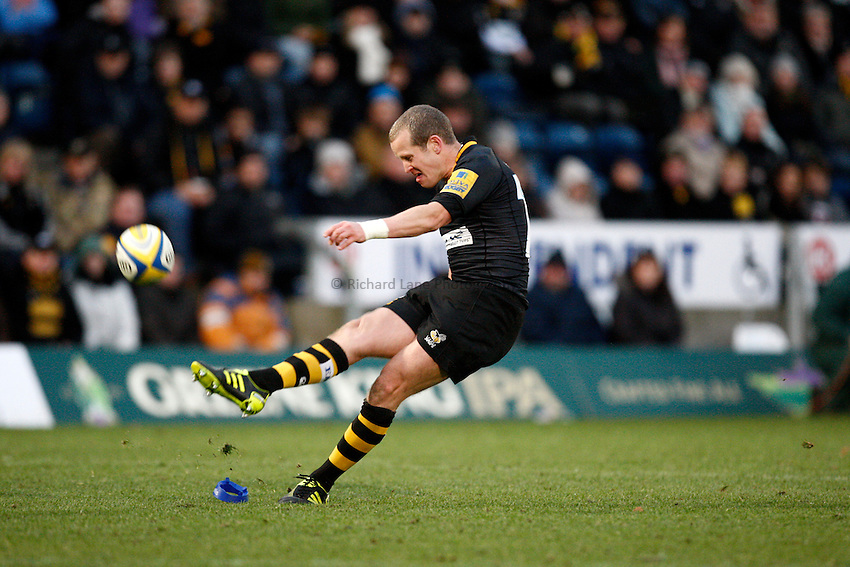 Photo: Richard Lane/Richard Lane Photography.London Wasps v London Irish. Aviva Premiership. 21/11/2010. Wasps' Dave Walder kicks.