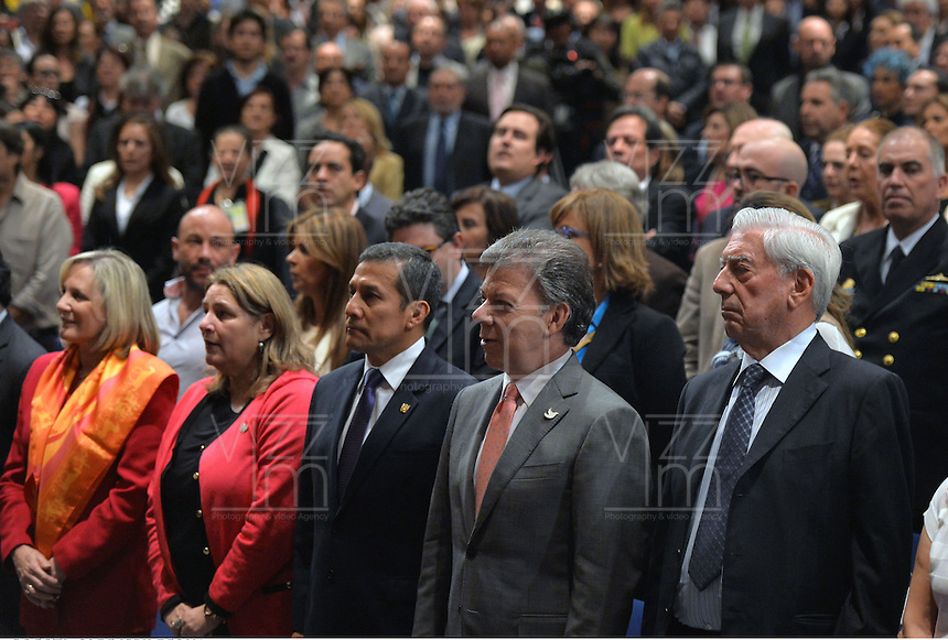 BOGOTA -COLOMBIA. 01-05-2014. El presidente Santos junto a Vargas Llosa en La Feria Internacional del Libro de Bogotá 2014, FILBO, que tiene este año como país invitado a Perú es el evento de promoción de la lectura y la industrial editorial más importante en Colombia./ President Santos and Nobel Vargas Llosa during The International Book Fair in Bogota 2014, FILBO, that has this year as a guest country to Peru is the most important event to promote the reading and the editorial industry in Colombia. Photo: VizzorImage/ Gabriel Aponte / Staff