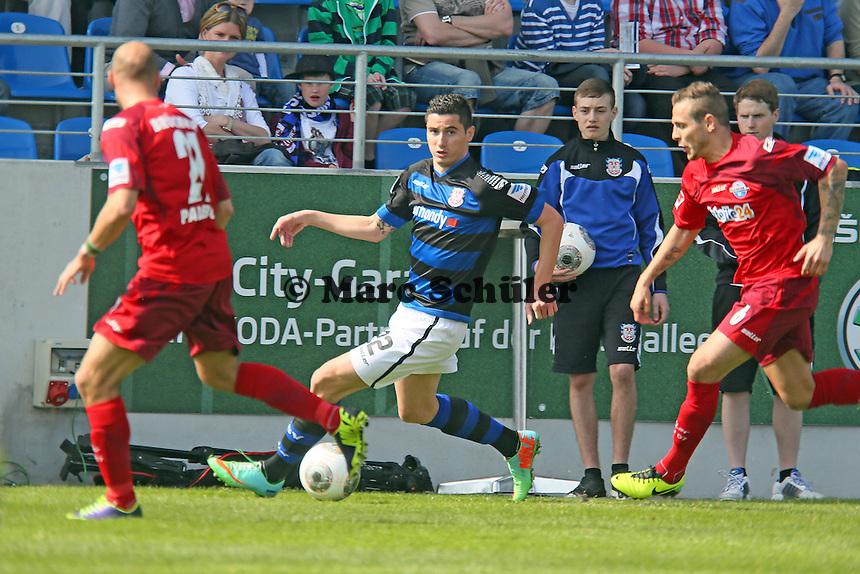 Odise Roshi (FSV) gegen Michael Heinloth (Paderborn) und Marvin Bakalorz - FSV Frankfurt vs. SC Paderborn 07, Frankfurter Volksbank Stadion