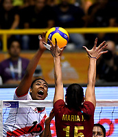 BOGOTÁ-COLOMBIA, 09-01-2020: María José Pérez de Venezuela, intenta un bloqueo al ataque de balón a Angela Leyva de Perú, durante partido entre Perú y Venezuela, en el Preolímpico Suramericano de Voleibol, clasificatorio a los Juegos Olímpicos Tokio 2020, jugado en el Coliseo del Salitre en la ciudad de Bogotá del 7 al 9 de enero de 2020. / Maria Jose Perez from Venezuela, tries to block the attack the ball to Angela Leyva from Peru, during a match between Perú and Venezuela in the South American Volleyball Pre-Olympic Championship, qualifier for the Tokyo 2020 Olympic Games, played in the Colosseum El Salitre in Bogota city, from January 7 to 9, 2020. Photo: VizzorImage / Luis Ramírez / Staff.