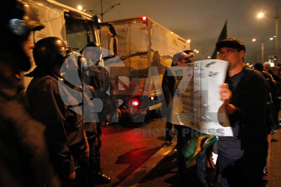 SÃO BERNARDO DO CAMPO,01- JULHO 2013 - PROTESTO CONTRA AUMENTO TARIFA - Manifestantes fecham a Rodovia Anchieta sentido São Paulo protestam contra o aumneto de tarifa em São bernardo do Campo na noite desta segunda feira (01).FOTO ALE VIANNA - BRAZIL PHOTO PRESS