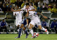 PASADENA - UNITED STATES, 08-06-2016: James Rodriguez (Der) jugador de Colombia (COL) disputa el balón con Oscar Romero(Izq) jugador de Paraguay (PAR) durante partido del grupo A fecha 2 por la Copa América Centenario USA 2016 jugado en el estadio Rose Bowl en Pasadena, California, USA. /  James Rodriguez (R) player of Colombia (COL) fights the ball with Oscar Romero (L) player of Paraguay (PAR) during match of the group A date 2 for the Copa América Centenario USA 2016 played at Rose Bowl stadium in Pasadena, California, USA. Photo: VizzorImage/ Luis Alvarez /Str