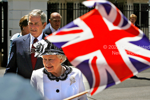 WASHINGTON - MAY 07:  (AFP OUT)  US President George W. Bush (L) and Her Majesty Queen Elizabeth II greets schoolchildren while walking from the White House to Blair House along Pennsylvania Avenue May 7, 2007 in Washington, DC. This is the queen's fifth official visit to the United States in fifty years.  (Photo by Chip Somodevilla/Getty Images) *** Local Caption *** George W. Bush;George W. Bush