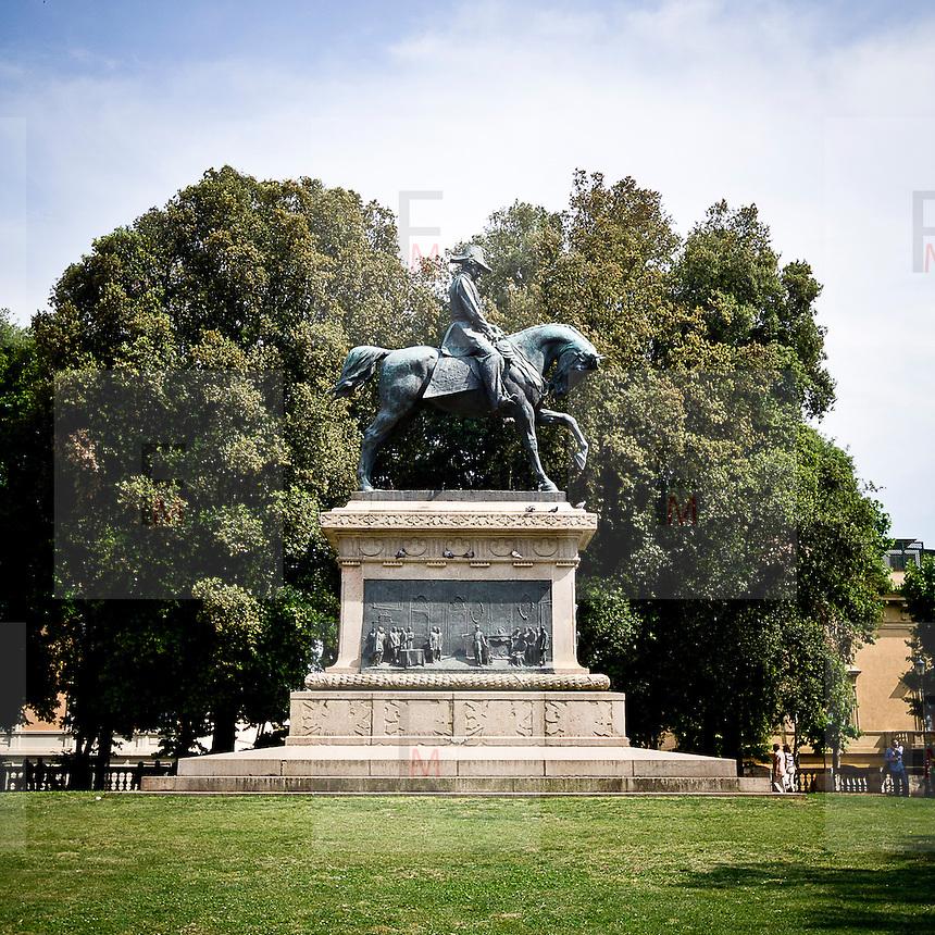 La statua di Carlo Alberto ne Giardino del Quirinale..The Carlo Alberto statue in Quirinale garden