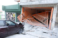 SÃO PAULO, SP, 09/01/2012, ACIDENTE RUA GOMES.<br /> <br />  Na madrugada de hoje (09) um veiculo perdeu a direção e colidiu contra o portão de uma casa na Rua Gomes altura do nº 100.<br />  Apesar da violencia do impacto o motorista passa bem.<br /> <br />  Luiz Guarnieri/ News Free