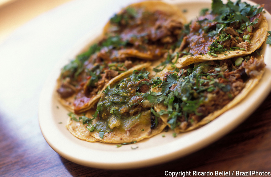 Mexican cuisine, tacos de cabeza e fileto, the most popular Mexican dish, frequently served with tequila.