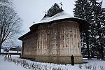 """Monastery of Humor..Monastere de Humor. e monastère fut fondé en 1530 par une famille de boyards, Anastasia et Toader Bubuiog, avec l'aide du voïvode Pétru Rares..Sur les murs de la véranda, sont peintes des scènes du """"jugement dernier"""" ainsi que des représentations de la Vierge Marie, avec Jésus sur le fronton de la porte. ."""
