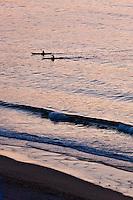 Europe/France/Aquitaine/64/Pyrénées-Atlantiques/Pays-Basque/Hendaye: Kayak de mer au soleil couchant depuis le sentier littoral au Domaine d'Abbadia