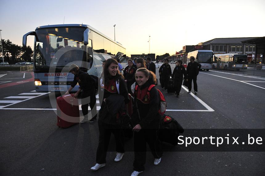 Iceland : UEFA Women's Euro Qualifying group stage (Group 3) - 21/09/2011 - 21:30CET (19:30 local time) - Laugardalsvöllur - Reykjavik : ICELAND (ijsland) - BELGIUM ( Belgie) : Davina Philtjens (rechts) en Audrey Demoustier gaan de groep vooraf met bagage op de luchthaven..foto DAVID CATRY / Vrouwenteam.be