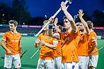 AMSTELVEEN -  Bloemendaal bedankt het publiek  na  de play-offs hoofdklasse  heren , Amsterdam-Bloemendaal (0-2).  vooraan Tim Swaen (Bldaal)   COPYRIGHT KOEN SUYK