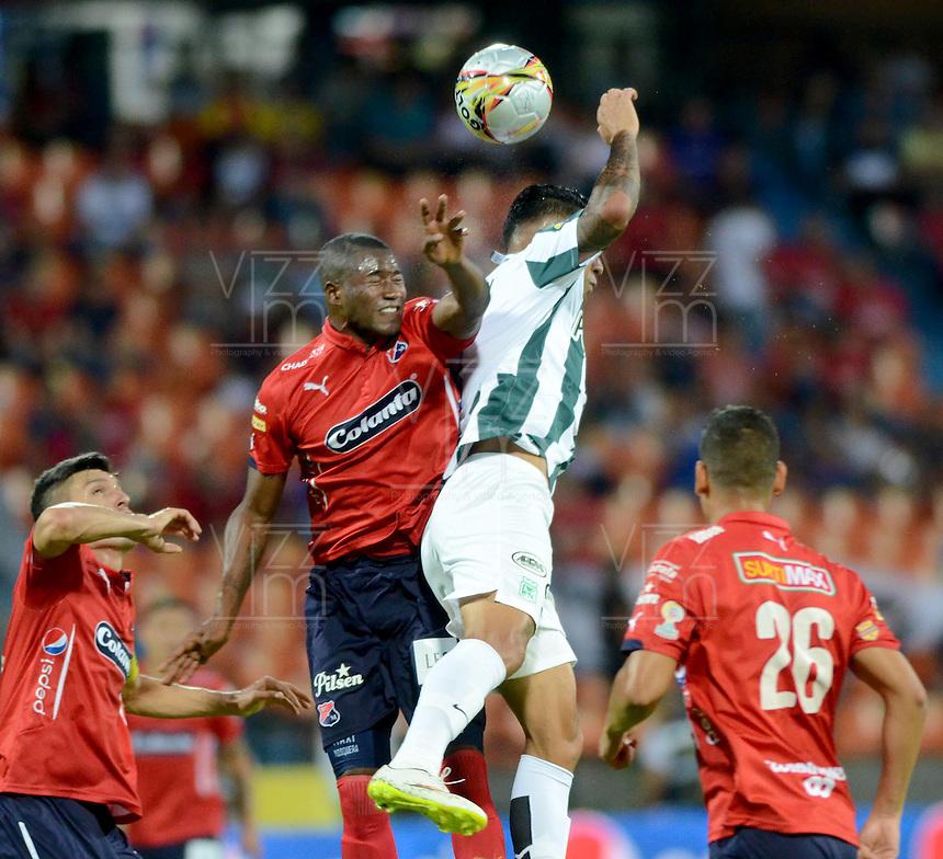 MEDELLÍN -COLOMBIA-05-09-2015. Andres F Mosquera (Izq) de Independiente Medellín disputa el balón con Jefferson Duque (Der) del Atlético Nacional durante partido por la fecha 10 de la Liga Águila II 2015 jugado en el estadio Atanasio Girardot de la ciudad de Medellín./ Andres F Mosquera (L) player of Independiente Medellin fights for the ball with Jefferson Duque (R) Atletico Nacional during the 10th date of Aguila League II 2015 played at Atanasio Girardot stadium in Medellin city. Photo: VizzorImage/León Monsalve/Str
