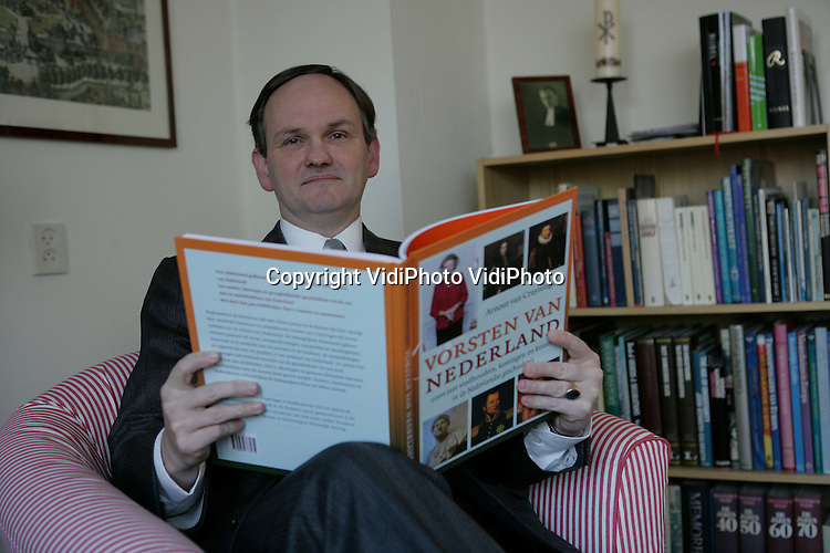 """Foto: VidiPhoto..WIJCHEN - Portret van drs. Arnout van Cruyningen, schrijver van het boek """"Vorsten in Nederland"""", een overzicht van alle vorsten die de laatste 2000 jaar over de Lage Landen hebben geregeerd."""