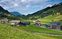 Austria, Vorarlberg, Vorsaess Schoenenbach: residential area at Schoenenbach Valley | Oesterreich, Vorarlberg, Vorsaess Schoenenbach: eine Siedlung im hinteren Bregenzerwald  im Tal des Schoenenbachs, Teil der traditionellen landwirtschaftlichen Dreistufenwirtschaft im Bregenzerwald, die von der UNESCO zum Immateriellen Kulturerbe ernannt wurde