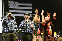 Les Ramoneurs de Menhirs, groupe punk, sont venus applaudir les chanteurs traditionnels et renomes, les freres Morvan.Fest-Noz -20 ans de Diiv Yezh Landerne