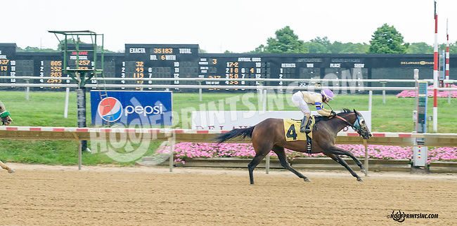 Vince's Vanentina winning at Delaware Park on 8/18/15
