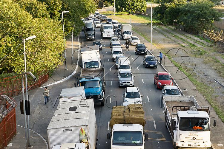 Congestionamento de veículos na Avenida do Estado, São Paulo - SP, 06/2016.