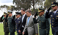 BOGOTA - COLOMBIA- 16 -05-2013: Graduación de 300 Alféreces a subtenientes en la Escuela Genaral Santander de La Policia Nacional ,con la presencia del presidente de la república Juan Manuel Santos ,Juan Pinzón Ministro de Defensa y del director de la Policia Nacional General  José Roberto León Riaño . (Foto: VizzorImage / Felipe Caicedo / Staff). : Graduation 300 Ensigns to Lieutenants in Genaral Santander School of The National Police, with the presence of the President of the Republic Juan Manuel Santos, Juan Pinzon Minister of Defense and National Police Director General Jose Roberto Leon Riano  (Foto: VizzorImage / Felipe Caicedo / Staff).
