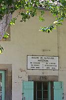 Europe/France/Midi-Pyrénées/31/Haute-Garonne/Baziège: L' Ecluse du Sanglier sur le Canal du Midi- Chaque écluse est pourvue d'une maison éclusière à deux façades et deux étages pour héberger l'éclusier. Une plaque en fonte ou en maçonnerie est fixée sur le bâtiment, informant du nom de l'écluse et de la distance qui la sépare des écluses adjacentes dans les deux directions