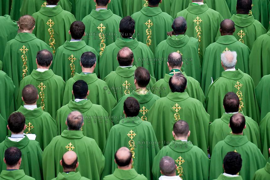 Vaticano, 27 Ottobre, 2015. Preti in Piazza San Pietro assistono alla messa di Papa Francesco.