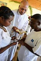 MADAGASCAR Mananjary, Vohilava, village Tanambao North, tribe Tanala, wedding in church / MADAGASKAR Mananjary, Vohilava, Mission Walk, Dorf Tanambao Nord wo Menschen der Volksgruppe der Tanala leben, Sonntagsmesse, Hochzeit in Kirche