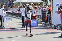 SAO PAULO, SP, 17 DE JUNHO DE 2012 - MARATONA SP 2012 -A vencedora da  Maratona de SP, a queniana Rumokol Elizabeh Chepkanan, na chegada da Maratona de SP, na manha deste domingo, 17 de Junho. (FOTO: MILENE CARDOSO / BRAZIL PHOTO PRESS).