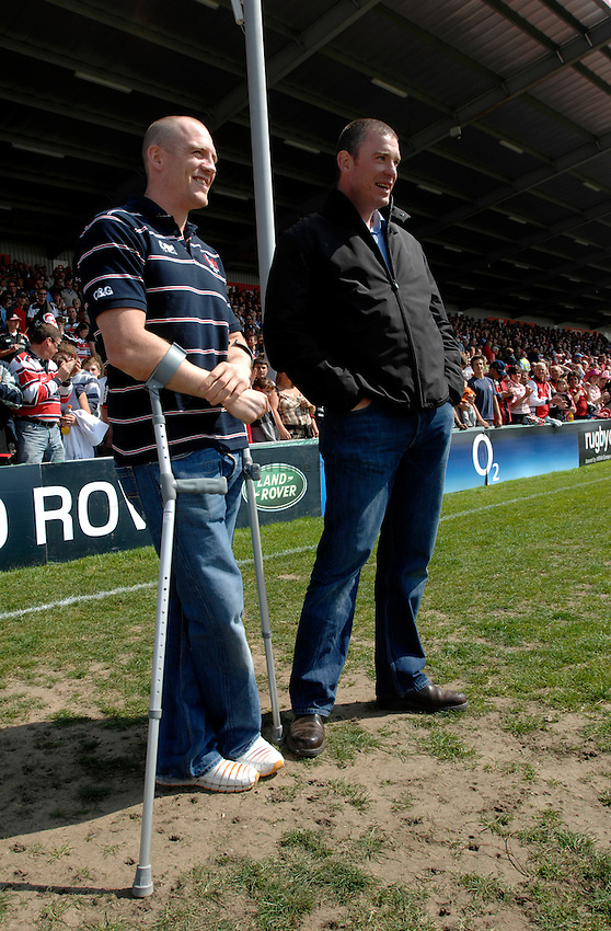 Photo: Richard Lane..Gloucester Rugby v Saracens. Guinness Premiership Play-Off. 05/05/2007. .Gloucester's Mike Tindall (lt) chats to his Director of Rugby, Dean Ryan.