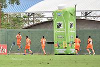 MONTERIA - COLOMBIA, 17-04-2019: Yeison Guzman (Izq) de Envigado celebra después de anotar el primer gol de su equipo durante el partido por la fecha 16 de la Liga Águila I 2019 entre Jaguares de Córdoba F.C. y Envigado F.C. jugado en el estadio Jaraguay de la ciudad de Montería / Yeison Guzman (L) of Envigado celebrates after scoring the first goal of his team during match for the date 16 as part Aguila League I 2019 between Jaguares de Cordoba F.C. and Envigado F.C. played at Jaraguay stadium in Monteria city. Photo: VizzorImage / Andres Felipe Lopez / Cont