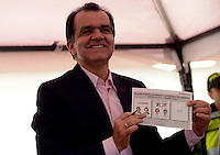 BOGOTA - COLOMBIA -15-06-2014: Oscar Iván Zuluaga candidato a la presidencia por el grupo político Centro Democrático durante  Elecciones Presidente de Colombia en la ciudad de Bogotá. Oscar Ivan Zuluga y el Presidente Candidato Juan Manuel Santos disputan una segunda vuelta. / Oscar Ivan Zuluaga presidential candidate by the political group Democratic Centre during the elections in the President of Colombia in Bogotá. Oscar Ivan Zuluaga and Candidat President Juan Manuel Santos disputed a second round.  Photo: VizzorImage / Luis Ramirez / Staff