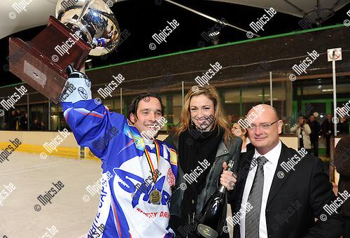 2011-02-05 / ijshockey / seizoen 2010-2011 / Finale Beker van België 2011 / Turnhout ontvangt de beker uit handen van Natalia..Foto: mpics