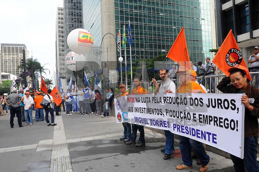 SAO PAULO, SP, 18 JANEIRO DE 2012 - PROTESTO DA UGT - Central dos Trabalhadores e Trabalhadoras do Brasil (CTB), em conjunto com outras centrais,realiza ato para protestar contra os juros altos, em frente ao prédio do Banco Central em São Paulo, na Avenida Paulista. (FOTO: ADRIANO LIMA - NEWS FREE)