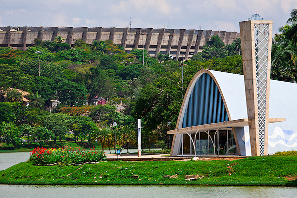 Belo Horizonte_MG, Brasil...Igreja Sao Francisco de Assis ou Igreja da Pampulha, projetada por Oscar Niemeyer. Essa igreja faz parte do conjunto arquitetonico da Pampulha em Belo Horizonte, Minas Gerais. Na foto a Igreja em frente a Lagoa da Pampulha e ao fundo o Estadio Mineirao...Sao Francisco of Assis church or Pampulha church, designed by Oscar Niemeyer. This church is part of Pampulha architectural complex in Belo Horizonte, Minas Gerais. In this photo the church in front of  Pampulha Lake and in the background Mineirao Stadium...Foto: JOAO MARCOS ROSA / NITRO