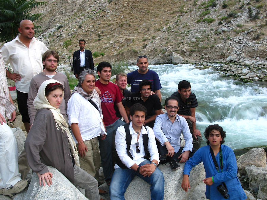AFGHANISTAN - RIVIERE SALANG - 8/08/2009 : Farhad Darya, celebre chanteur pop-rock americano-afghan, posant avec ses musiciens internationaux, son manager Haroon Kargha (en haut a gauche), et Delazad Deghati (en bas à droite), devant la riviere Salang, au Nord de Kaboul...AFGHANISTAN - SALANG RIVER - 8/08/2009 : Well-known Afghan-American pop singer Farhad Darya poses with his international group of musicians, his manager Haroon Kargha (top left), and Delazad Deghati (bottom right), beside the Salang River, north of Kabul.