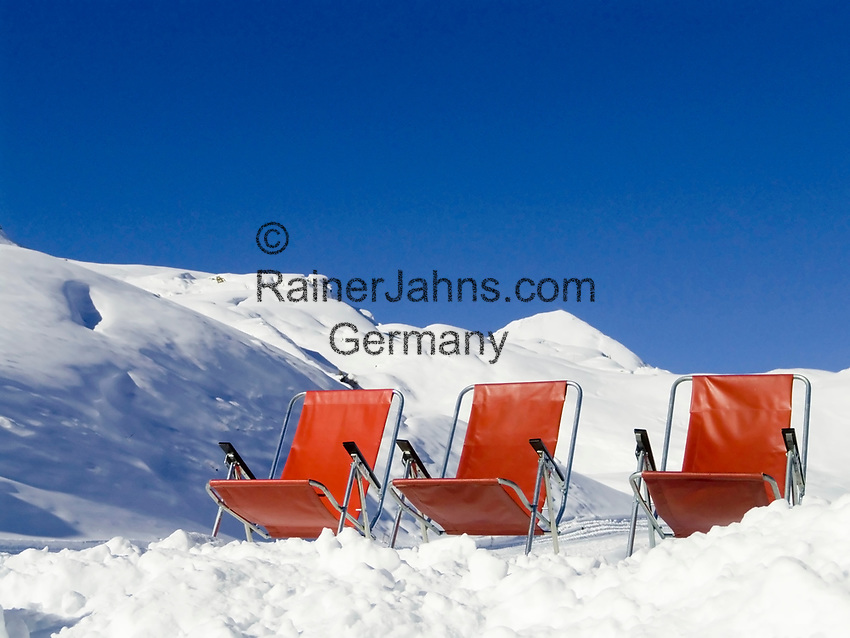 CHE, Schweiz, Kanton Bern, Berner Oberland, Grindelwald: Skiregion Kleine Scheidegg - 3 rote Liegestühle im Schnee | CHE, Switzerland, Canton Bern, Bernese Oberland, Grindelwald: Ski region Kleine Scheidegg - 3 red deck chairs in the snow