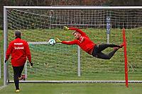 """Torwarttrainer Manfred """"Moppes"""" Petz (Eintracht Frankfurt) mit Torwart Lukas Hradecky (Eintracht Frankfurt) - 05.12.2017: Eintracht Frankfurt Training, Commerzbank Arena"""