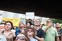 SÃO PAULO-SP-01,11,2014-ATO CONTRA DILMA - Manifestantes durante ato público contra a reeleição da Presidente Dilma Rousseff.Contou com mais de mil manifestantes.Local:MASP -Avenida Paulista,região centro sul da cidade de São Paulo,na tarde desse sábado,01(Foto:Kevin David/Brazil Photo Press)