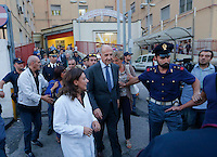 Poliziotto ferito in un conflitto a fuoco durante un servizio antiracket  in Via Leopardi a Napoli , nella il Capo della polizia Alessandro Pansa in visita all ospedale Loreto mare