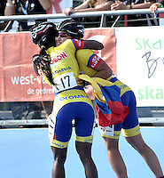 OOSTENDE – BELGICA – 23-08-2013: Stepahanie Hurtado (Der.), patinadora de Colombia celebra con Yesnia Escobar (Der.) la medalla de oro durante la prueba de los 300 metros contra reloj individual juvenil damas en el patinodromo Mundialista Track en Oostende,  Belgica, agosto 23 de 2013. (Foto: VizzorImage / Luis Ramirez / Staff).  Stepahanie Hurtado (R), Colombia skatercelebrates with Yesenia Escobar the gold medal  during testing of the 300 meters individual time trial young ladies in the Mundialist Track in Oostende, Belgium, August 23, 2013. (Photo: VizzorImage / Luis Ramirez / Staff).