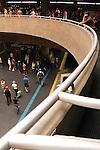 Vão central da estação do metrô Sé, com pessoas caminhando pelas plataformas