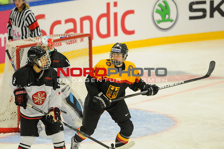 02.04.2015, Rosengards Ishall, Malm&ouml; , SWE, IIHF Eishockey Frauen WM 2015, Deutschland (GER) vsJapan (JPN), im Bild, Yvonne ROTHEMUND (#10, ESC Planegg)<br /> <br /> ***** Attention nur f&uuml;r redaktionelle Berichterstattung *****<br /> <br /> Foto &copy; nordphoto / Hafner